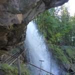 Passage derrière la chute de Giessbach